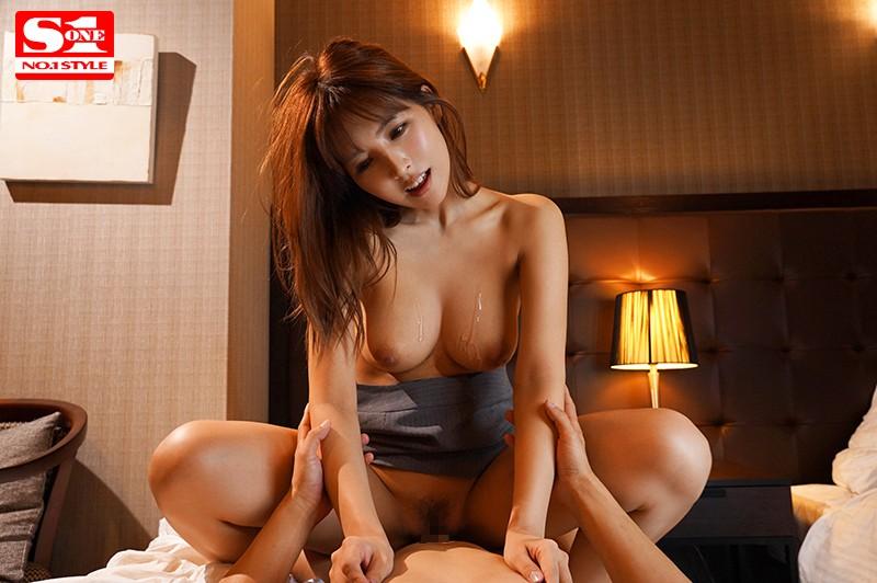 巨乳上司と童貞部下が出張先の相部屋ホテルで…いたずら誘惑を真に受けた部下が10発射精の絶倫性交 三上悠亜 SSNI-674 screenshot 1
