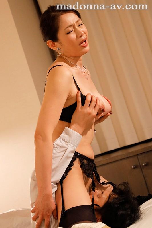 僕が隣の痴女奥さんに様々な方法で射精管理され続けた一週間 友田真希 JUY-951 screenshot 6