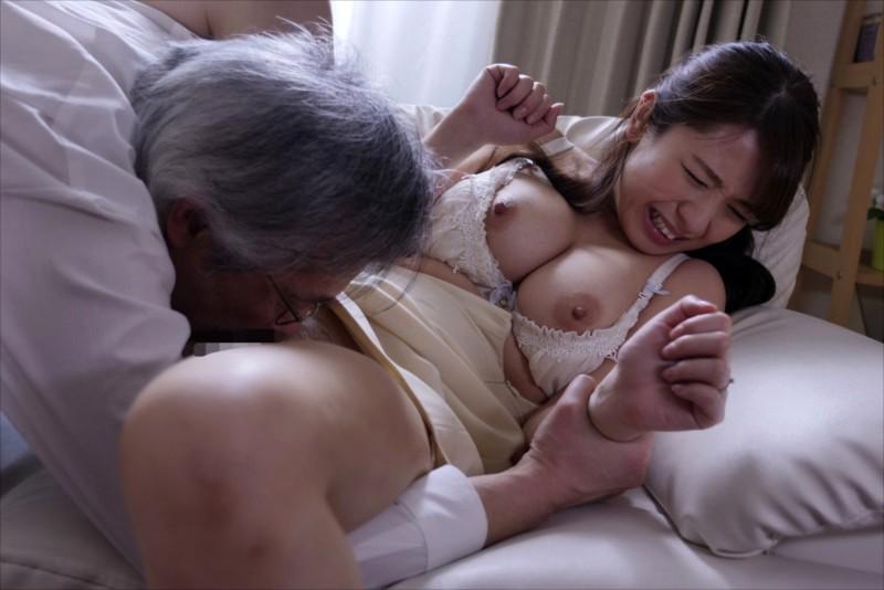 迷上老人濃烈愛撫的人妻(上) screenshot 2