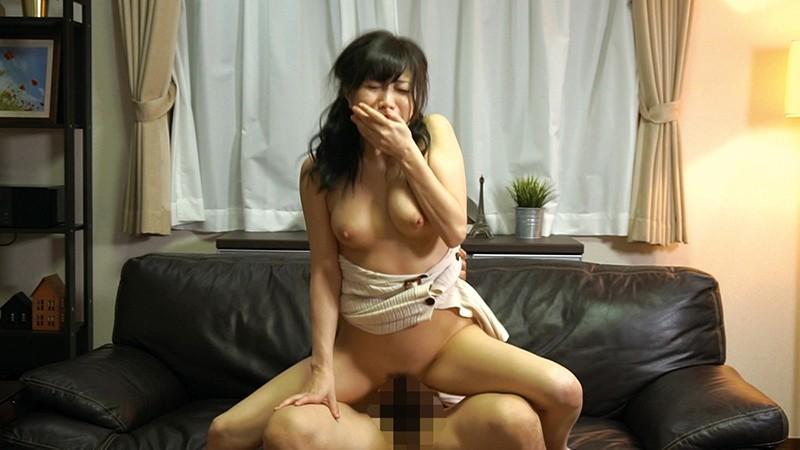 コタツの中で蒸れた股間を夫以外の男にくちゅくちゅと弄られこっそり欲情する美熟女3 EQ-496 screenshot 8