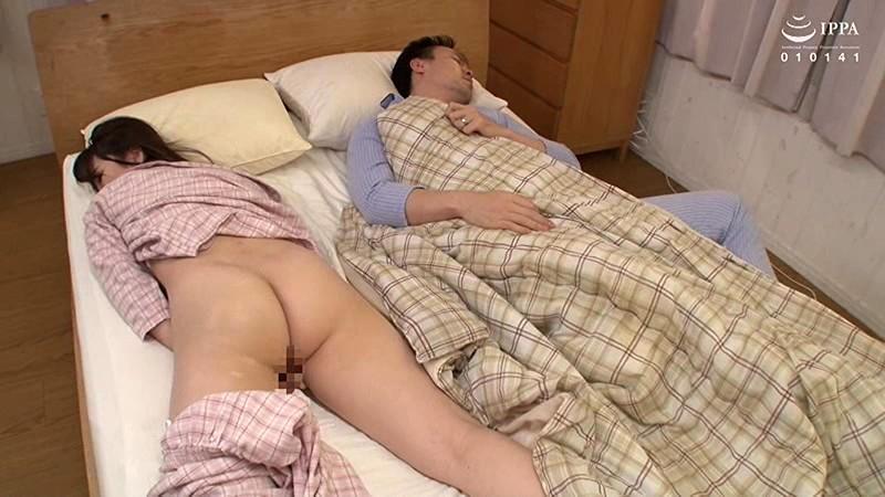 夫の前で痴漢に絶頂(いか)された妻 宝田もなみ VEC-371 screenshot 1