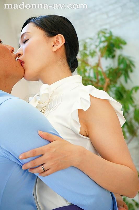 白衣の下はランジェリー。フェラチオ中毒のムッツリ女医 国仲涼香 37歳 AVデビュー!! JUY-940 screenshot 0