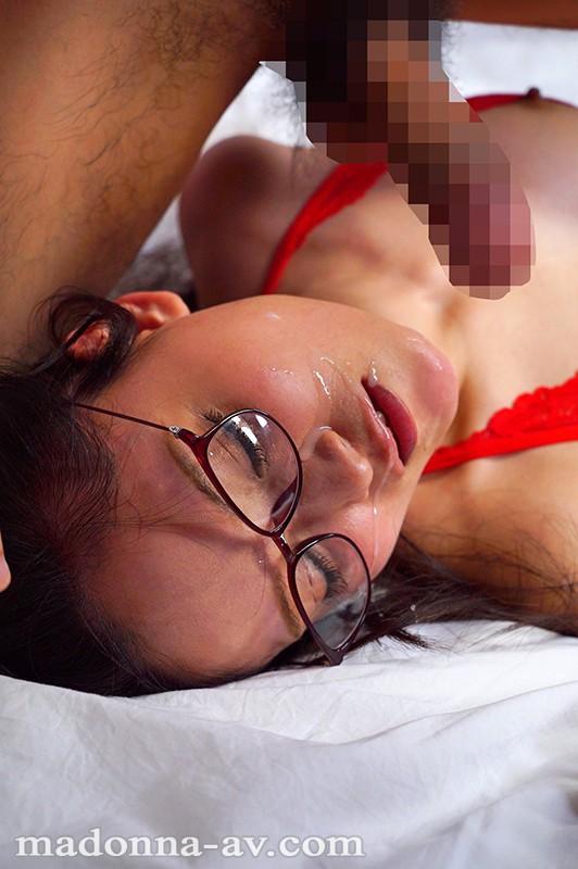 白衣の下はランジェリー。フェラチオ中毒のムッツリ女医 国仲涼香 37歳 AVデビュー!! JUY-940 screenshot 9